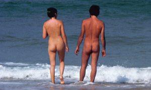 Nudist-couple-on-the-beac-001